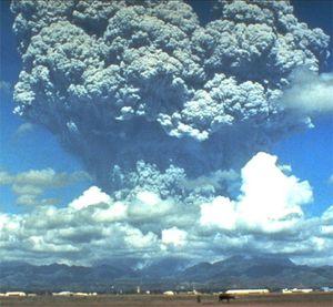 En 1991, l'éruption du Pinatubo, aux Philippines, a projeté plus de dix kilomètres cube de cendres dans l'atmosphère. C'est l'une des plus importantes éruptions du XXe siècle.  © USGS