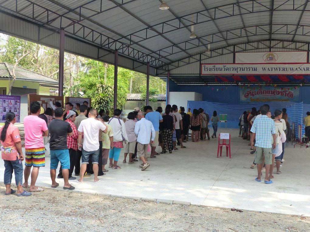 Les opérations de vote se tiennent sous un grand hangar.