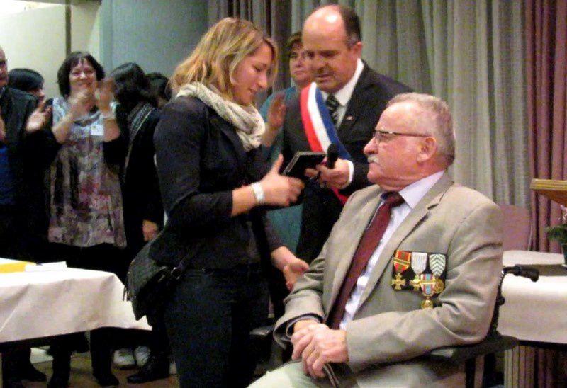 La médaille de la ville de Volgelsheim pour Amandine Petit