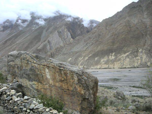Lors de notre voyage en Inde, nous sommes restés 8 jours à Spiti Valley, paysages grandioses, grottes, neige et chaleur, rocailles, routes empoussiérées, visages dans la montagne... Photos C.Allain 2007