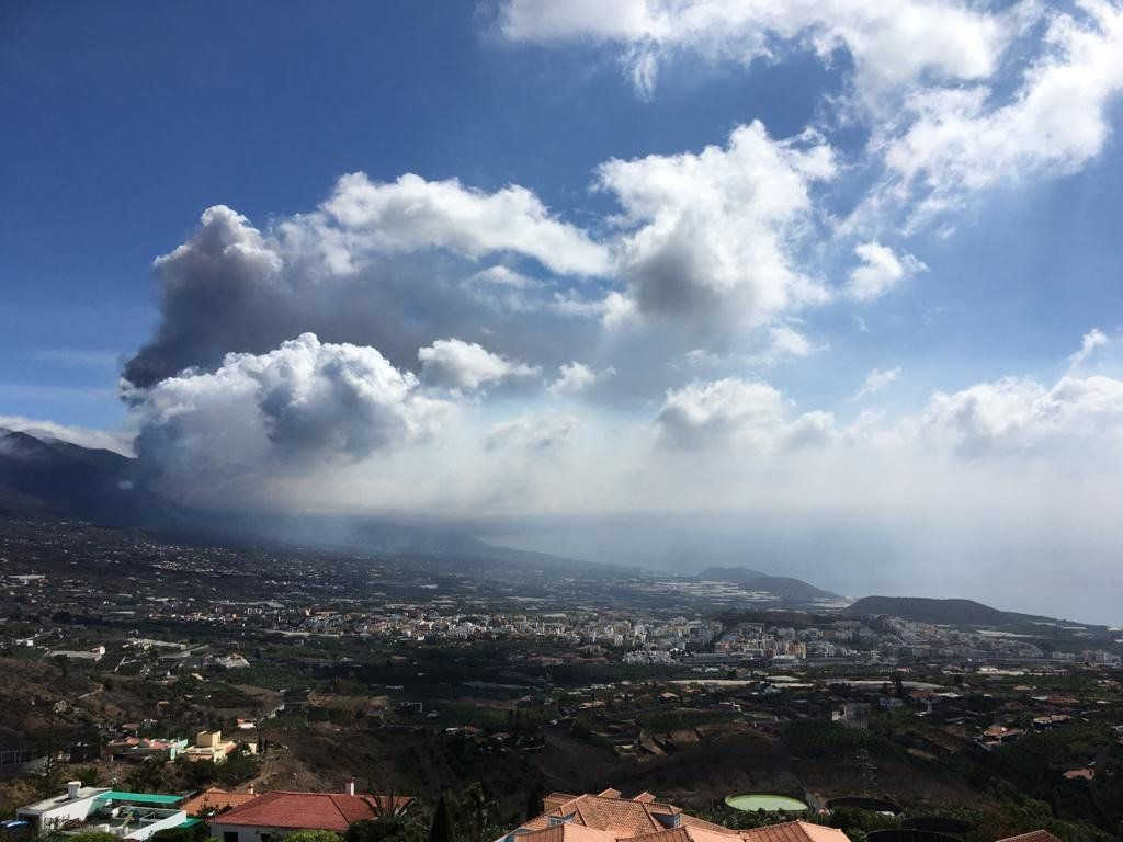 La Palma / Cumbre Vieja - double plume dominated by ash (upper part) and gas (lower part - photo Ed Llewellin 04.10.2021 / Durham Volcanology