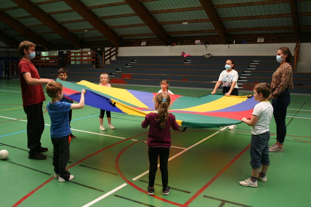 Mercredi 4 Août 2021. Acrobaties, clowneries, jonglage, équilibre...les enfants profitent du stage de cirque pour travailler leur motricité avec des instruments comme le bâton du diable, le pédalo, la boule et le fil d'équilibre, le rouleau américain...