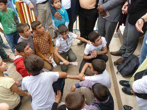 L'école Ferhat Kurtay, et des enfants venus nous accueillir (photos E.C.)