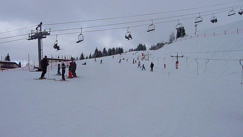 Sur les skis.