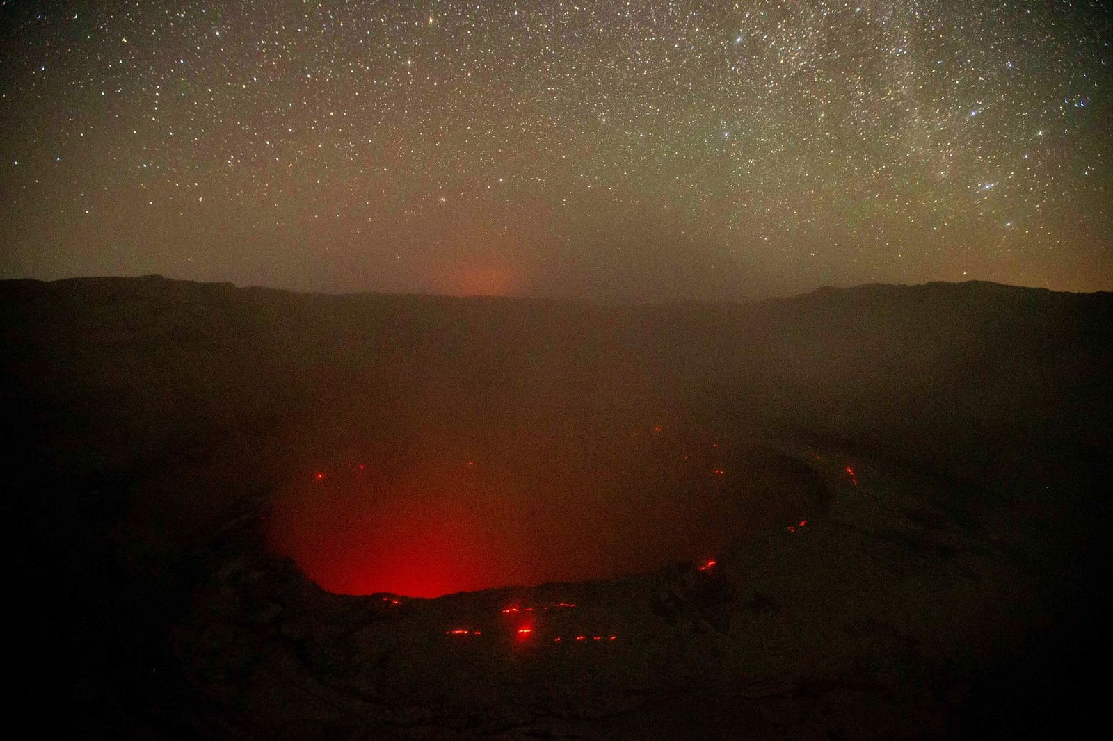 Nyiragongo summit - view of the glowing crater during the night of 06.12.2021 - Photo by Arsène T. SADIKI via Ch.Balagizi