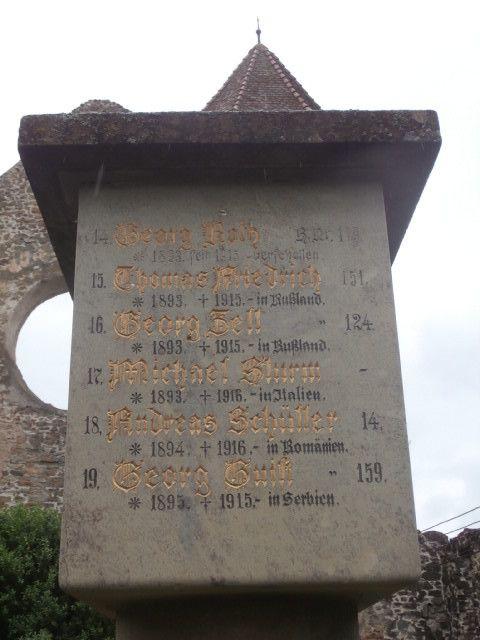 """En allant toujours sous la pluie vers le lac et la cascade Balea dans les monts du Fagaras qui culminent a 2500m, visite de l abbaye cistercienne de Carta, du XIII, son cimetière de soldat allemands tués pendant la guerre 14-18 et la liste des déportés  de la seconde. Après la cigogne et la R12 bleue, petite ville Agnita où l on fait une escale technique en dégustant une """"forelle"""" de rivière avec un vin blanc naturel délicieux ; beaucoup de restaurants """"fabriquent"""" leur  vin , il se vend au litre , est servi en cruche et semble venir directement du fut. Il ne fait pas du tout mal à la tête. ...."""