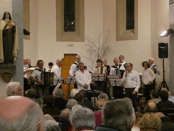 La musique était dirigée par les chefs Jean-Noël Charras et Bernard Mariatte.