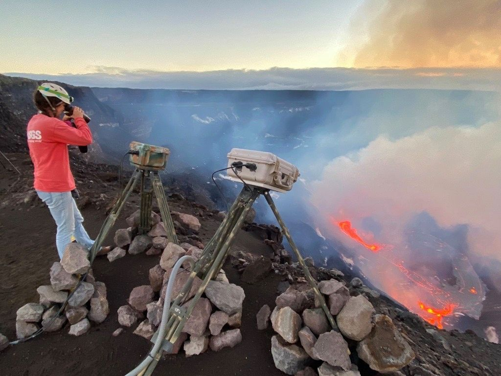Kiluauea - Halema'um'u eruption on 21.12.2020 at dawn under the supervision of volcanologists - Doc. USGS
