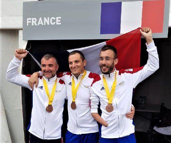 """L'équipe cycliste aux maillots S.N.E.M.M. """"Valeur et Discipline"""" arborant la Médaille Militaire..."""