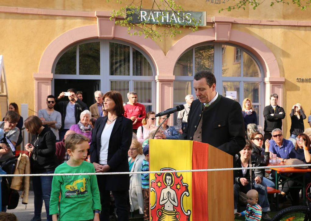 Noch bevor die Feuerwehrkameraden den Baum aufrichteten, auch von vielen Kindern aufmerksam verfolgt, griff Bürgermeister Jürgen Götz zum Mikron.
