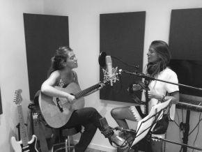 les frangines, un duo féminin français jacinthe et Anne, guitare et voix, accompagnées par des amis artistes et musiciens