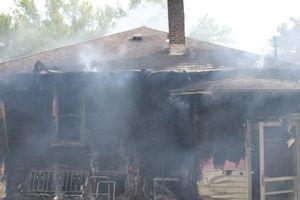 Une chienne âgée et aveugle sauvée seule  dans sa maison en proie aux flammes : son sauveteur ne se sent pas héroïque...
