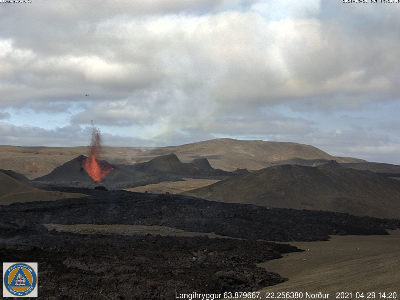 The eruptive site respectively at 2:20 p.m. with a large block of lava conveyed by the flow (under the crater), and at 4:40 p.m., with movement to the right of the image - webcam_langihryggurN_20210429