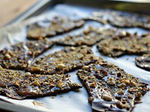 Écorces de chocolat marbrées au caramel et noisettes