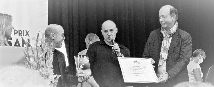 La remise du prix Jean Anglade : au micro, Clarisse Enaudeau, directrice littéraire aux Presses de la Cité, Mohamed Aissaoui, écrivain, perdu parmi les glaïeuls, Stéphane Poirier, le lauréat...