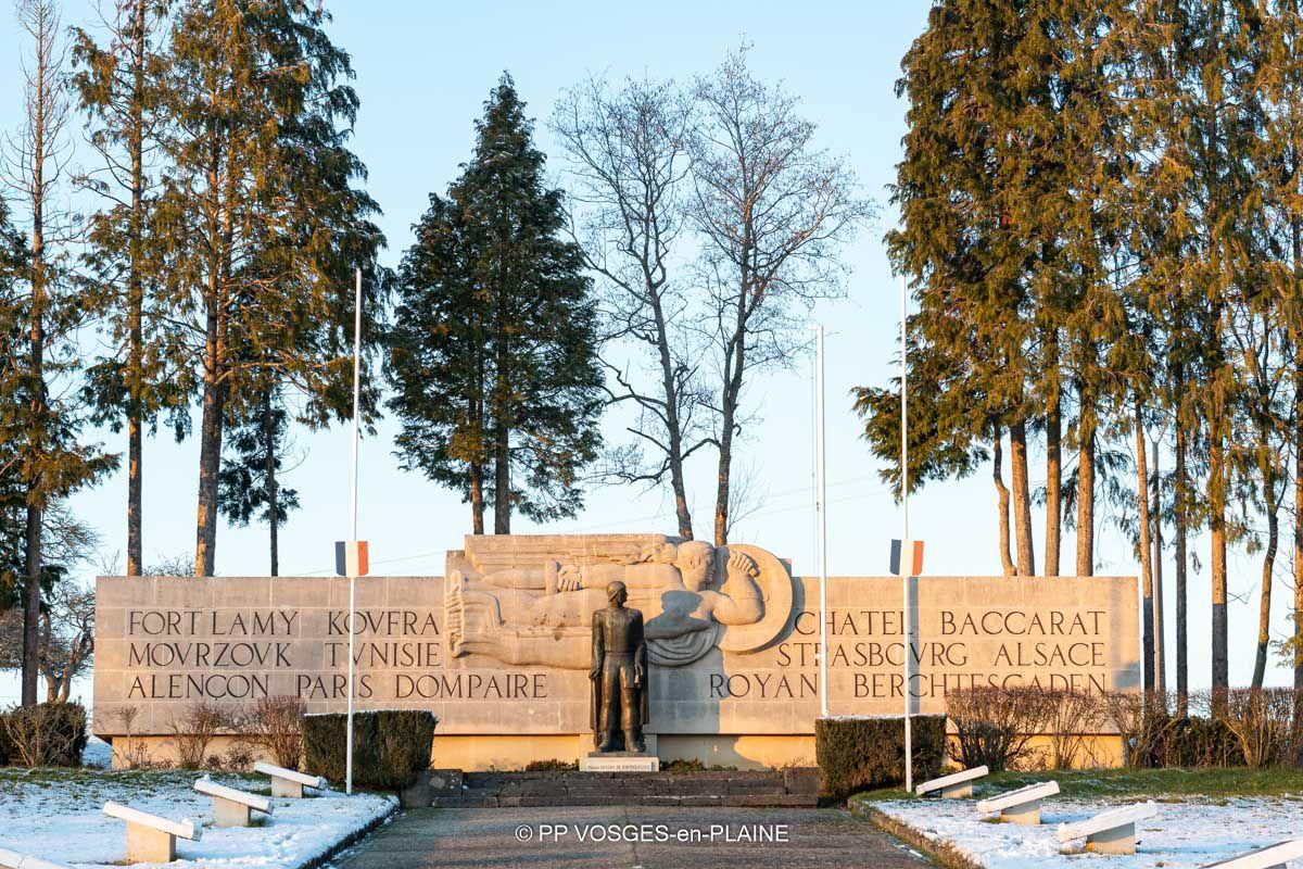 Neige et soleil couchant au Monument Général Leclerc de MADONNE ET LAMEREY