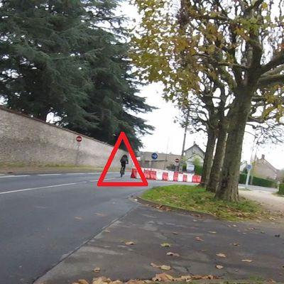 A vélo, comment négocier un carrefour en Y avec des plots provisoires ?  Blois:  Rue Pierre de Ronsard  / rue de l'Arrou.