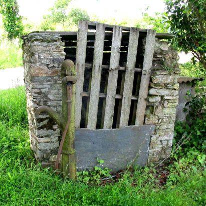 Les puits encore visibles dans le bourg ou à proximité. Des puits vus au cours de différents viyages.