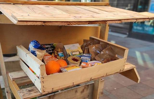 — MDC31après le café ou la baguette « suspendus », des paniers alimentaires en libre-service ont fait leur apparition à Toulouse….Qui veut donne, qui veut se sert, c'est anonyme et simple…Cette nouvelle forme de solidarité est là pour contrer les effets d'une interminable crise sanitaire.