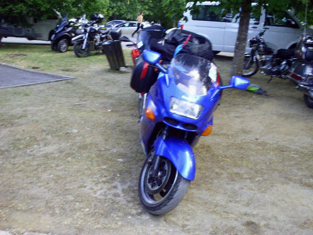 DIAPORAMA 5 PHOTOS - REVENANT AU PARKING NOS MOTOS SONT ENTOURÉES