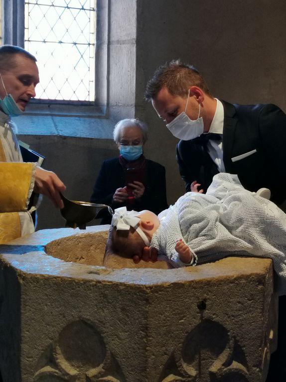 Baptême de Constance GENOD, après la messe du dimanche de Pâques.