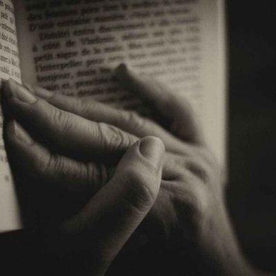 Les mains dans la bibliothèque
