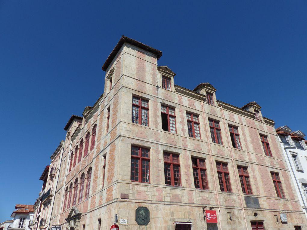 La Maison de l'Infante qui a accueillie l'Infante d'Espagne Marie-Thérèse lors de son mariage avec Louis XIV. Elle domine le port de son imposante stature.