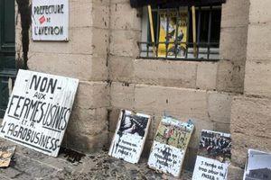 Des manifestants hostiles accueillent Hollande à Rodez