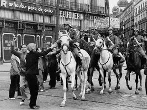 Des cavaliers loyalistes quittent Madrid avant un raid en 1936 - Des volontaires fascistes, avec l'armée rebelle, marchent dans Burgos, au Nord de l'Espagne le 22 juillet 1936