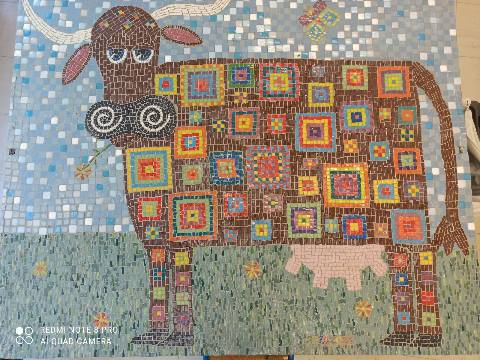Cette jolis vache a été réalisée avec les enfants de la classe de maternelle et leur maîtresse Agnès. Cette denière s'est beaucoup investie dans le projet avec sa classe pour le mener à bien !Mais le résultat est là , et l'objectif , d'égayer la façade tristoune de l'école est atteint.Le panneau va être prochainement accroché et sera vu par tous depuis la rue.