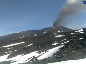 Etna - evolution of the ash plume, on April 19, 2020 respectively at 9:45 am and 10:58 am - Skyline and LAVE webcam - one click to enlarge