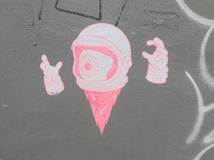 En plein décollage, cet astronaute cyclope voudrait-il hypnotiser les passants ? En arrière plan, un autre collage de Saint Teetz.