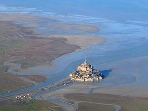 Le Mont Saint-Michel vu de la terre-wikipedia-b3my-et-vu du ciel-Académie de Versailles