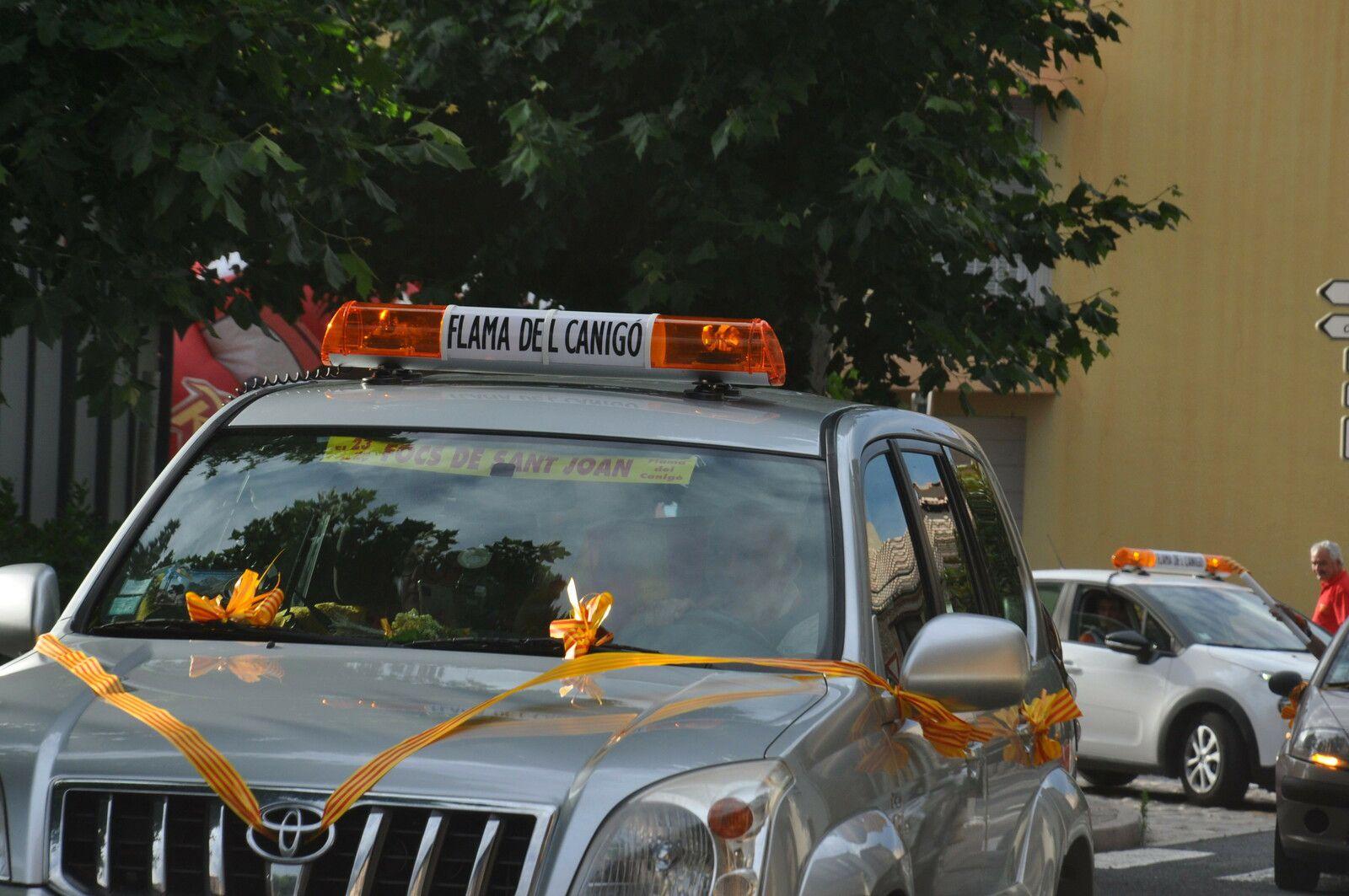 Un convoi de plusieurs voitures pour amener la flamme du Canigou.