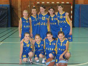 debout de g. à d. : Angéline, Lara, Emma, Loïs, Charlotte ; accroupie : Agathe, Amandine, Olivia et Léa.