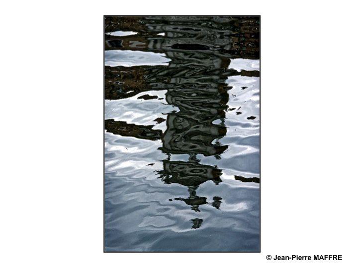 Les reflets sur l'eau surgissent comme des motifs fugitifs et insaisissables. Parfois comme des calligraphies éphémères.