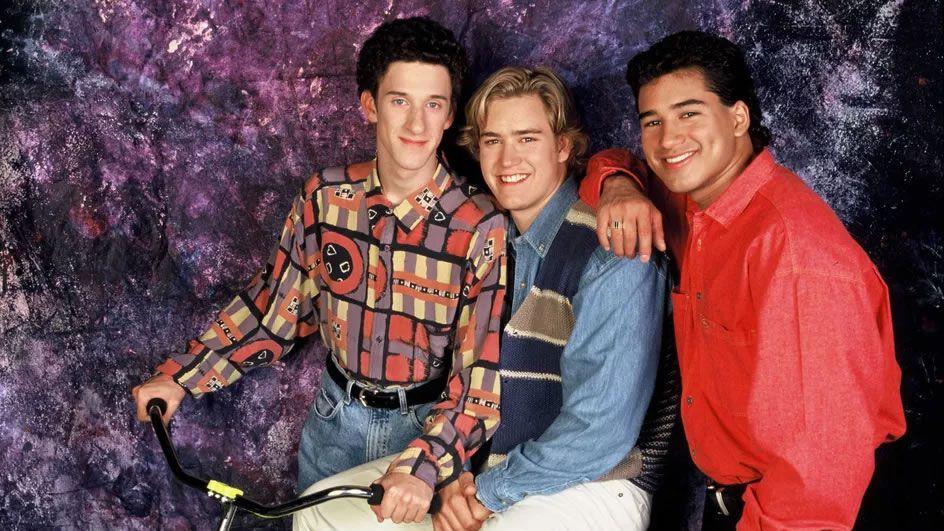 """Dustin Diamond (à gauche) pose avec Mark-Paul Gosselaar et Mario Lopez, le 3 mai 1993, pour la série """"Sauvés par le gong"""". (LAZIC/SIPA / SIPA)"""
