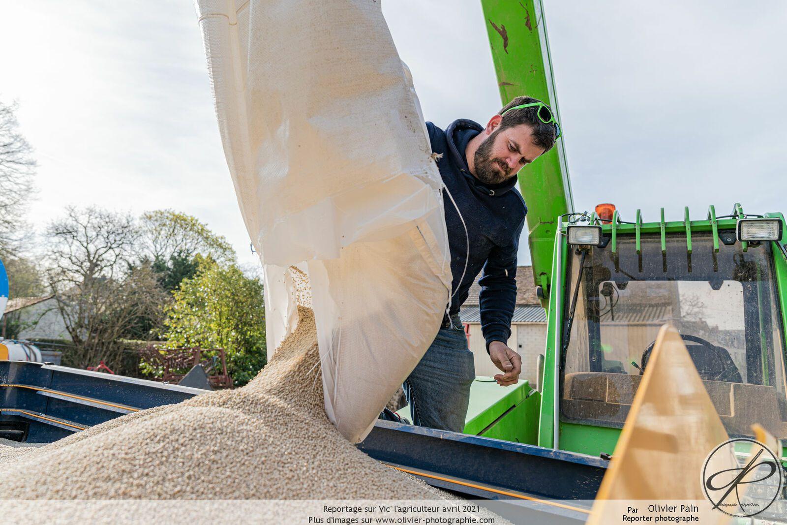 Reportage sur l'agriculture : le suivi de Vic' lors d'une journée d'épandage d'azote en granulés.