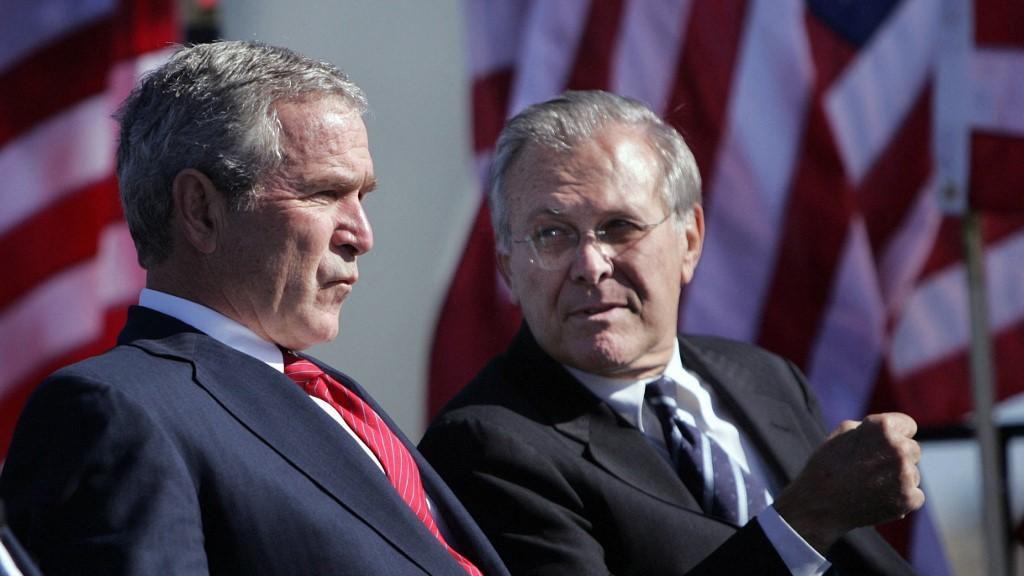 George W. Bush, à l'époque président américain, et Donald Rumsfeld, alors secrétaire à la Défense, à Arlington, en Virginie, le 14 octobre 2006 / AFP/Archives