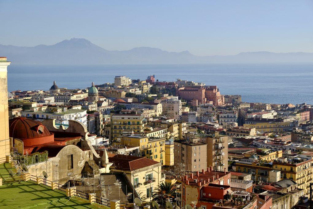 Le Castel Dell'Ovo, un château de 10 siècles d'âge, plusieurs influences durant son Histoire, même angevine et oui ................la légende dit que sous le château serait caché un oeuf, un des talismans du poète Virgile, dont la destruction entraînerait celle de Naples.