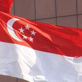 Un diplomate israélien se sert du drapeau de Singapour comme nappe