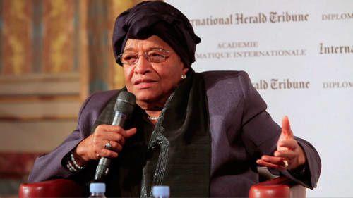 Ellen Johnson Sirleaf, presidenta de Liberia, mostrando su diploma de Premio Nobel de la Paz.- El Muni.