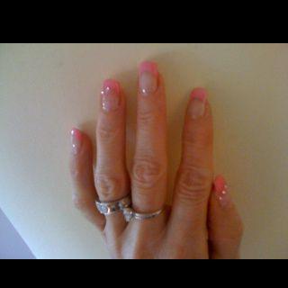 Pose d'ongles avec french rose et strass