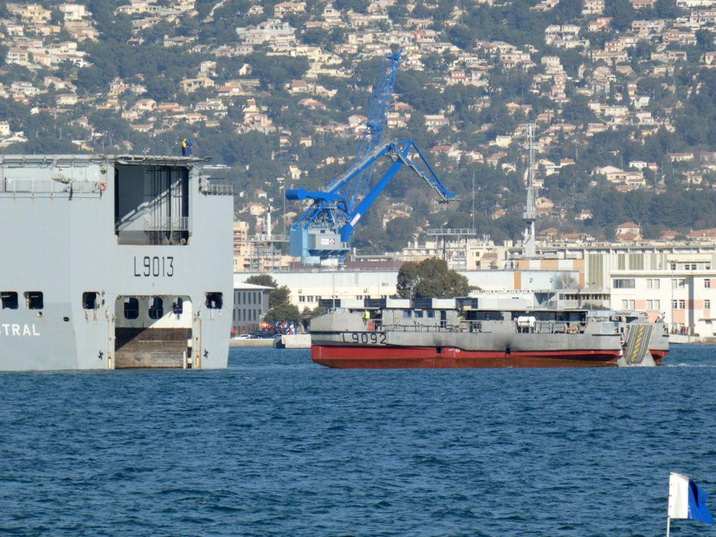 MISTRAL , L9013  en manoeuvres d'enradiage de l'EDA.R L9092 en petite rade de Toulon le 25 février 2020