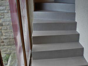 Béton ciré sur un escalier en 5 passes plus 2 passes de vernis.