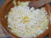 2 - Incorporer la farine, la levure, les zestes de citron, mélanger un peu puis verser les dés de poire, et remuer. Laisser reposer 1 h au frais.