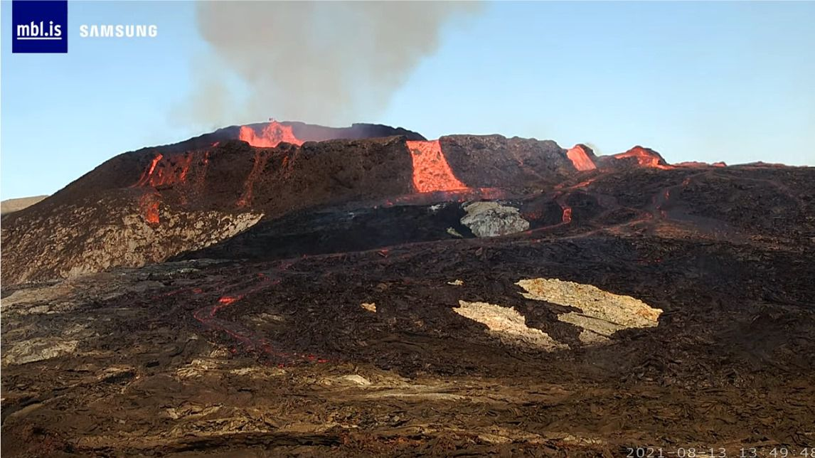Fagradalsfjall - 08.13.2021, at 1:49 p.m. and 1:50 p.m. respectively - lava overflow at the active crater - mbls webcam