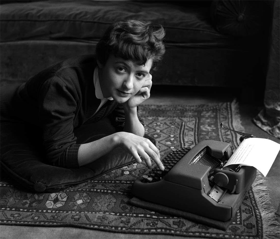 1954,Françoise Sagan chez elle,lors de la sortie de son premier roman Bonjour tristesse Paris