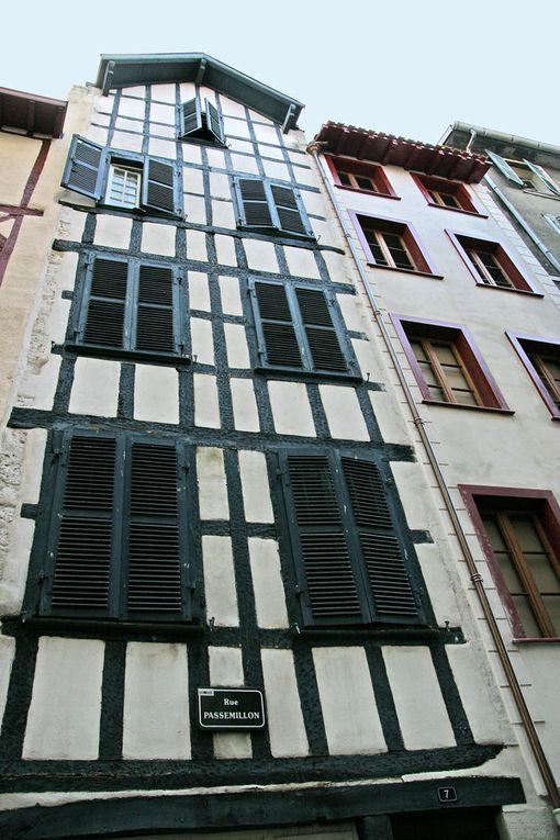 Dans le quartier Saint-Esprit, amarrée quai de Lesseps, au confluent de l'Adour et de la Nive, une péniche nommée Djebelle, la maison sur l'eau de Patrice et Isabelle... est une adresse incontournable..