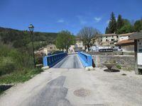 St Nazaire avec sa fresque primaire et son joli pont bleu à chaque entrée du village.